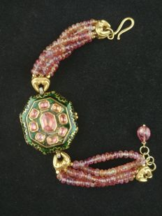 Cundamina locket bracelet, in 22 ct gold with pink tourmaline and fire enamel - India, late 20th century