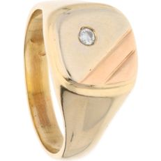 14 kt - Yellow gold signet ring featuring a tricolour signet set with a diamond of approx. 0.07 ct - Ring size: 21.25 mm