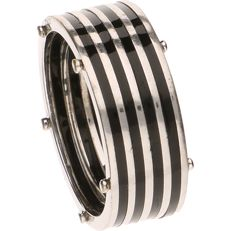 14 kt white gold ring set with onyx stripes - ring size: 19.75 mm.