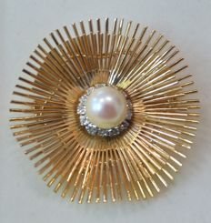 Ladies' brooch in 18 kt gold, 20 g with cultured pearl