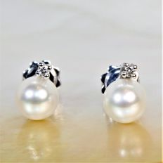 18 kt white gold earrings with diamonds and round Akoya cultured pearls.