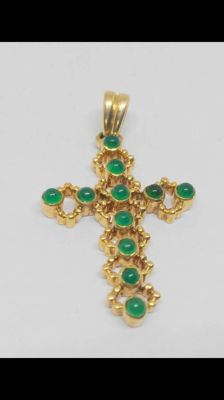 Yellow gold cross (18 kt) with chrysoprase