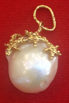 Yellow gold pendant with starfish surrounding a scaramazza pearl