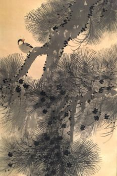 'Paddy bird perched on a pine branch' - Old and very detailed handpainted scroll painting, signed and sealed 'Shokoku', incl.original signed tomobako - Japan - ca. 1920