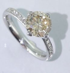 White gold solitaire ring set with 1 brilliant cut diamond of 1.70 ct & 14 diamonds ***No reserve***