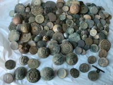 Beautiful lot of 134 antique civilian and military buttons (17th to 19th centuries), variety in large and small sizes.