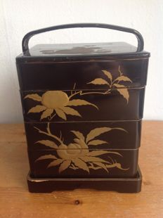 Four-piece, complete lacquer lunchbox (弁 当 箱, bentou bako) set, decorated with floral images - Japan - around 1930