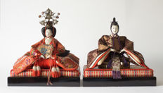 Exceptionally fine Hina-Ningyō doll couple from the Maruhei studio. The imperial couple (daira-bina). Signed and in matching storage cases - Japan - around 1900 (Meiji period).
