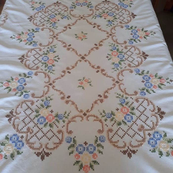 Tablecloth with lace and hand embroidery - Italy - 1960s