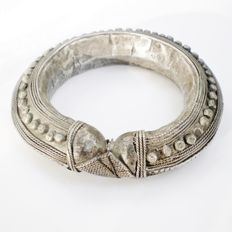 Vintage Yemenite / Rashaida bracelet in silver-coloured metal - from the mid 20th century