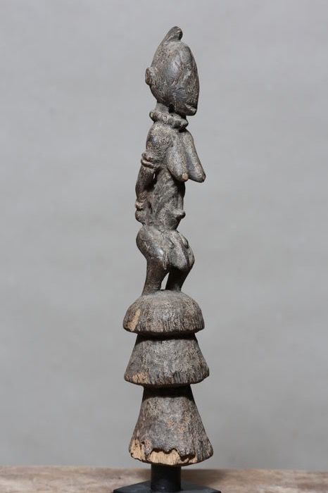 Rare ancient figurine representing an androgynous captive carved in wood - DOGON - Mali