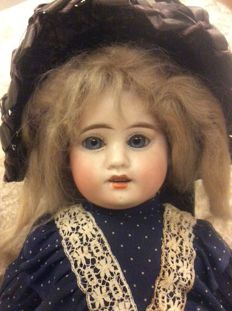 French doll marked: H 2, fixed blown blue eyes, pierced ears 44 cm