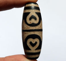 Long and wide agate Dzi bead - 6 hearts - Tibet - Late 20th century.