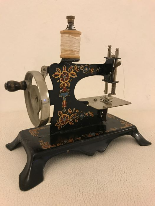 Antigue Casige Eagle Key childs toy metal hand sewingmachine . Key all original Germany 1920