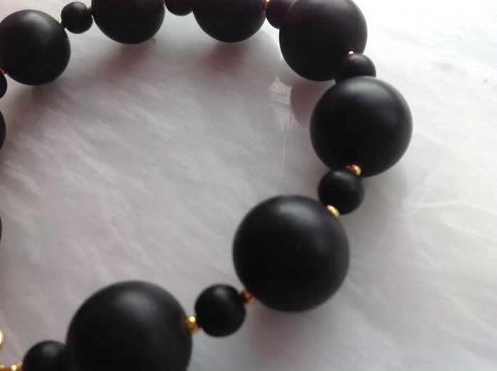 Bracelet made of black jasper with a yellow gold, 18 kt / 750 clasp, length 22 cm.
