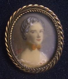 Antique 14 kt gold brooch with hand-painted porcelain portrait of a lady, circa 18th century