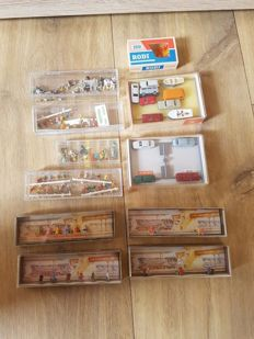 Merten/Wiking N - 11 boxes with figures model cars and benches