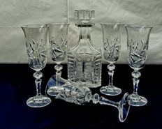 Lot of 5 glasses and chiselled bottle in cut crystal - France, ca. 1930
