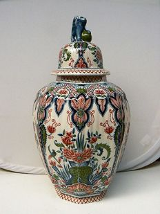 Makkum Tichelaar - Large polychrome vase with lid