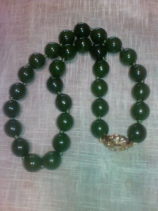 Green jade necklace with very large beads, very fine jade, weight 133 grams.