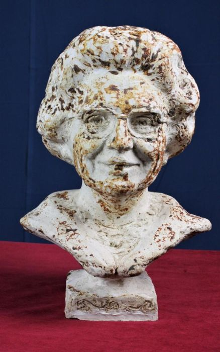 Beautiful bust of former Queen Juliana