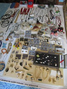 Super lot of 270 vintage pieces from 1970s - necklaces, bracelets, rings, earrings, brooches, sunglasses, pendants coated in 24 kt gold, jewellery box in ceramic