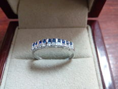 18 kt white gold cocktail ring with zirconias and sapphires. Size: 18