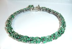 Bracelet made of 925 silvet with 143 natural emeralds of 10ct in total. 19.5cm long **no reserve price**