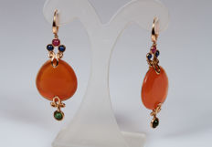 Earrings in rosegold with droplet-shaped carnelian and sapphires, tourmaline and rubies.