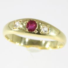 Charming Victorian yellow gold ring with a ruby and diamonds - Anno 1880