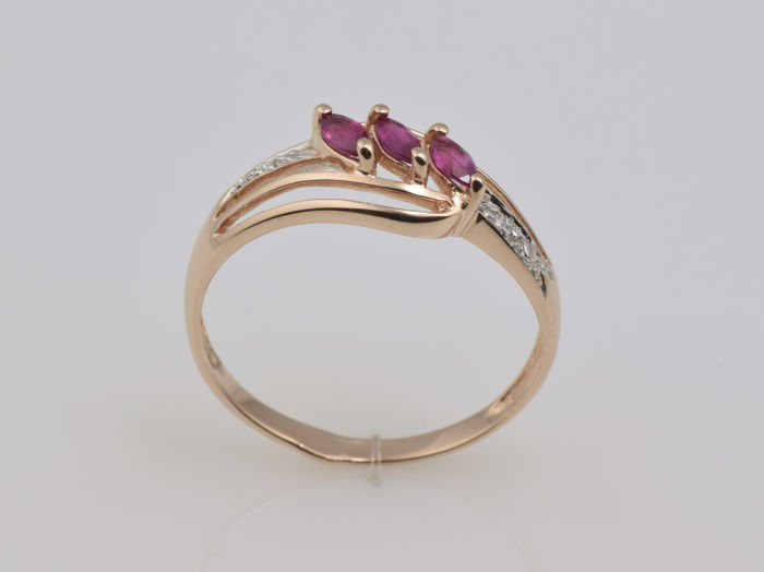 Gold 14 kt ring with rubies and diamonds