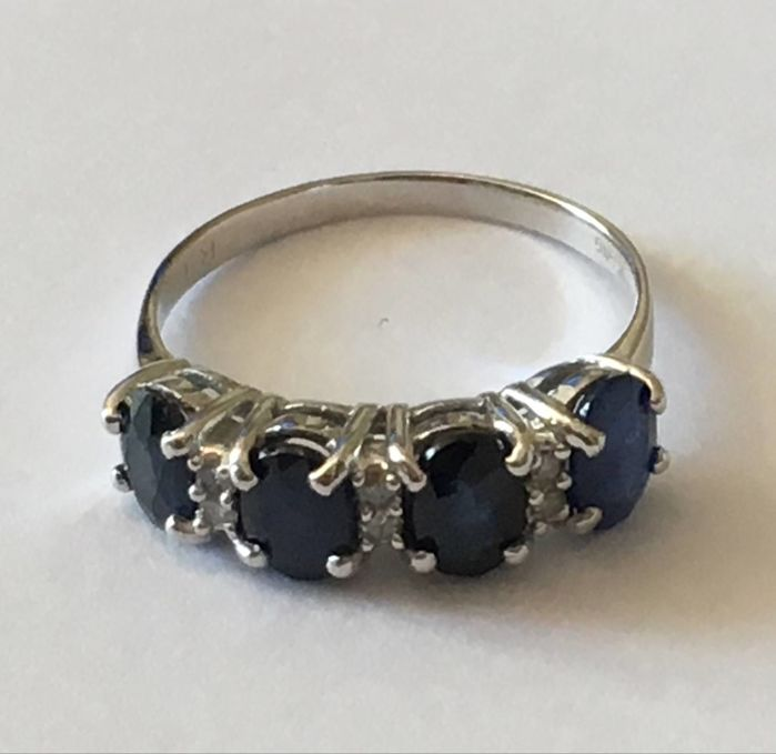 14K. White Gold Ring set with sapphire and diamonds