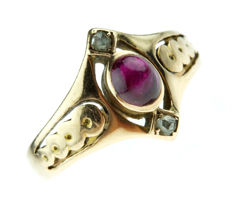 14 kt gold Art Nouveau ring, set with a cabochon-cut ruby and rose-cut diamonds