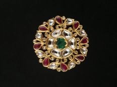 Kundamina ring in 22 kt gold with diamonds, rubies and a central emerald