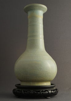 Large celadon vase on a wooden base - China - second half 20th century