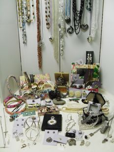 A massive lot of decorative jewellery from estate clearance over 200 items