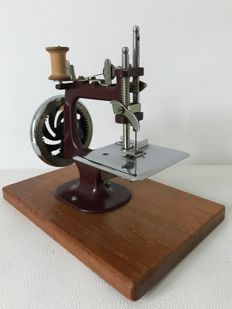 Essex very collectble  hand   sewingmachine in original leather box Great Brittain 1948