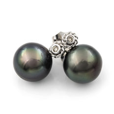 Earrings in 18 kt white gold with diamonds in round bezel settings of 0.20 ct and Tahitian pearls measuring 13.65 mm