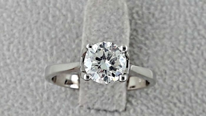 1.11 ct E/SI1 round diamond engagement solitaire ring in 18 kt gold - size 7