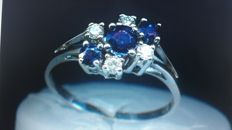 14 kt white gold ring with 3 natural sapphires and 4 brilliant cut diamonds for 0.26 ct Ring size: 56-57 / 17.8-18.1 mm