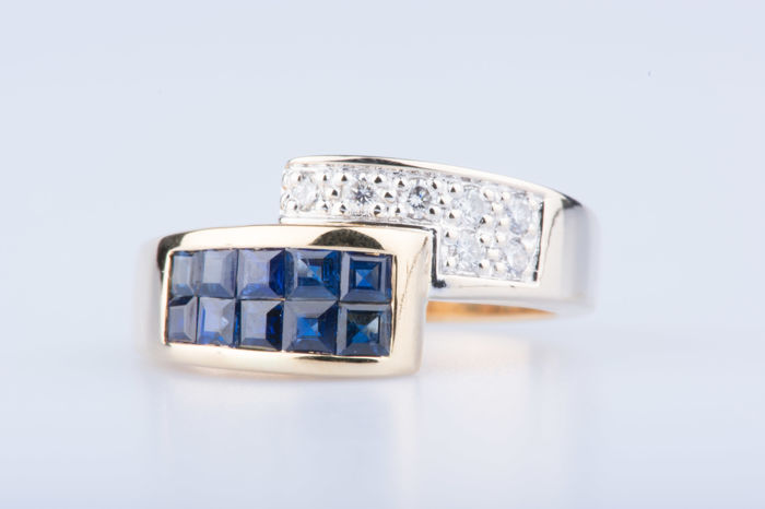 18 kt yellow gold ring with 7 diamonds of approx. 0.07 ct in total and 10 baguette sapphires. Size: 52 EU, 6 US