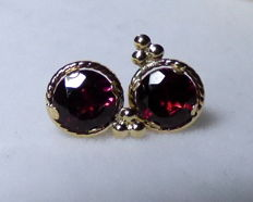 14 kt earrings with 1.5 ct of garnets, dimensions: 1 x 0.7 cm