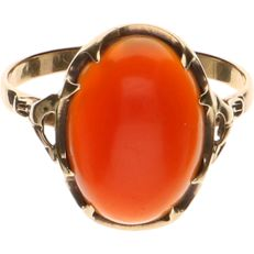 14 kt - Yellow gold ring set with a cabochon cut carnelian - Ring size: 17.5 mm