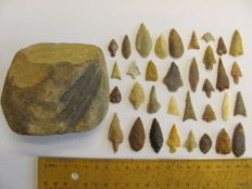 34x Neolitic arrowheads 10/40 mm and 1x grindstone - 90-75-60 mm (35)