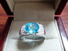 18 kt white gold cocktail ring with 9 x 7 mm aquamarine and zirconias