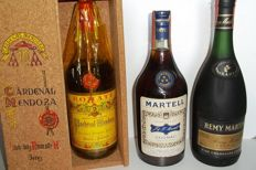Cognac Martell Three Star (1970s) & Cognac Rémy Martin VSOP (1980s) & Brandy Cardenal Mendoza (1960s) in owc - tot. 3 bottles