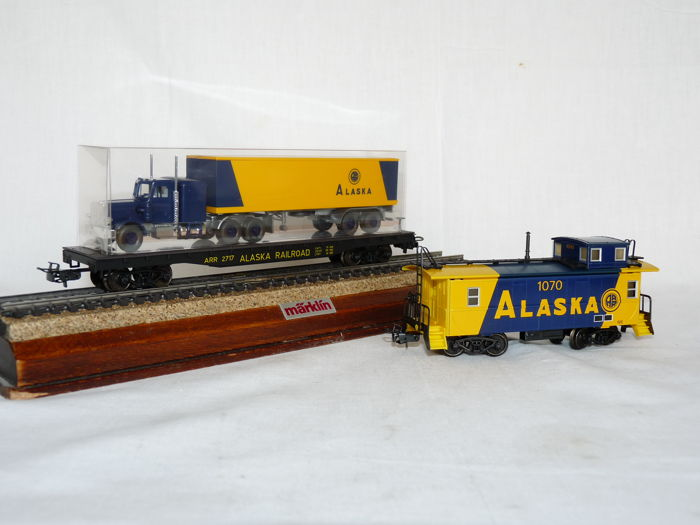 Märklin H0 - 4857 - Two part caboose and flatcar with a truck as cargo of the USA Alaska Railroad MHI