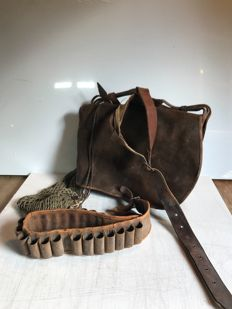 Lot of old hunting items - A satchel, a net, and a leather bandolier - France - 1930s/1940s
