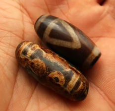 Two 'dzi' beads in agate - 6 eyes and 1 Eye/Mountain - 'fortitude and karmic balance' - Tibet - late 20th century