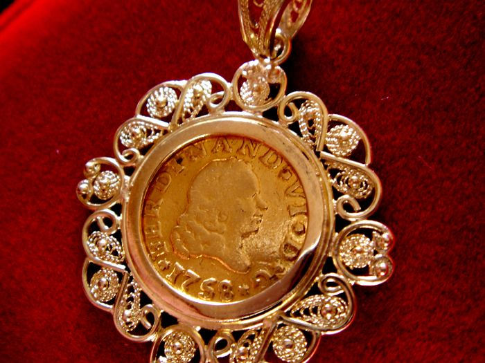 Spain - Ferdinand VI (1746 -1759), gold 1/2 escudo coin - 1758 - Seville. 18 kt gold pendant - Total weight: 5.5 g.